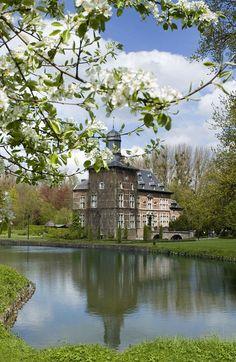 3 d De bloeiende tuin van Vlaanderen!  Bent u klaar voor het feest? In april en mei staat Haspengouw, ten zuidwesten van Maastricht, in bloei! Dan leggen de bloeiende fruitbomen een witroze slinger over het landschap.verblijf in Hotel Stayen1x dagschotel ?Haspengouws streekgerecht?1x fiets- of wandelkaart met bloesemroute.    € 119.00