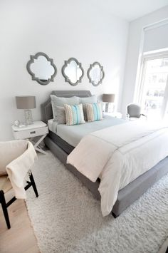 White is the perfect shade of bedroom design for every occasion. It is symbolizing peace and purity. These 20 white bedroom ideas will help you create the perfect bedroom designs you always dream of. Furniture and ornaments choice are included. Bedroom Decor For Couples Colour, Apartment Decorating For Couples, Couples Apartment, Couple Bedroom, Small Room Bedroom, Bedroom Colors, Bedroom Apartment, Apartment Living, Bedroom Ideas