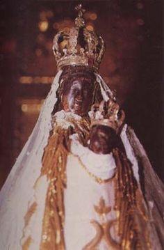 Nuestra Señora del Coro, patrona de San Sebastián: es negra y mete los dedos en la boca del niño. Muy original.