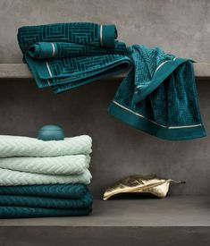 Jacquard-weave hand towel with a velour front, cotton terry back and gold-coloured stripes. Hanger on one short side.