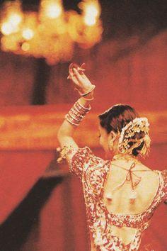 "Bollywood dance :Aishwarya performing her popular track ""Dola Re Dola"" from ""Devdas"" at Filmfare Awards Vintage Bollywood, Indian Bollywood, Mangalore, Bollywood Actors, Bollywood Fashion, Bollywood Wallpaper, Indian Aesthetic, Miss Mundo, Aishwarya Rai Bachchan"