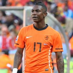 Tatted up. A raaaaather fast dutch man. Very skillful and currently one of the best wingers in soccer. sports-and-sport-like-stuff Soccer Players, Soccer Sports, National Football Teams, Fc Barcelona, Neymar, Dutch, Number 5, Holland, Mens Tops