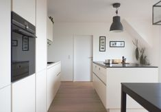 Ewe Küche von Küchen Design Keglevits Modern Farmhouse Kitchens, Farmhouse Kitchen Decor, Kitchen Taps, Kitchen Cabinets, Cupboards, Scandinavian Style, Wood Walkway, Work Surface, Küchen Design