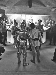STAR WARS : Shooting photo | Mark HAMILL (Luke SKYWALKER) and Anthony DANIELS (C-3P0) | Episode IV : A New Hope (1977)