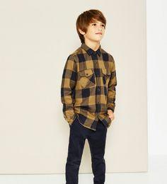 chemise a carreaux enfant Zara en jaune portee avec des jeans bleu fonce