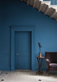 Nieuw in Nederland: het Engelse verf en behangmerk Paint & Paper Library. Paint & Paper Library biedt inspiratie, kleurexpertise en ontwerpideeën aan interieurarchitecten, architecten, opdrachtgevers en kritische huiseigenaren wereldwijd.