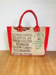世界各地から珈琲豆を入れて旅した麻袋で作りました。内布は麻のベージュのストライプです。マチは赤のデニム、持ち手は赤の本革です。珈琲豆を実際に運んでいた袋なので... ハンドメイド、手作り、手仕事品の通販・販売・購入ならCreema。