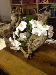 Best Orchid Arrangements With Succulents And Driftwood - Decomagz Driftwood Centerpiece, Driftwood Planters, Driftwood Art, Orchid Flower Arrangements, Orchid Centerpieces, Orchids Garden, Orchid Plants, Ikebana, Artificial Orchids