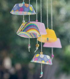 Presas em barbantes, com algumas miçangas, forminhas decoradas para cupcakes são alegres substitutas para bandeirinhas na decoração
