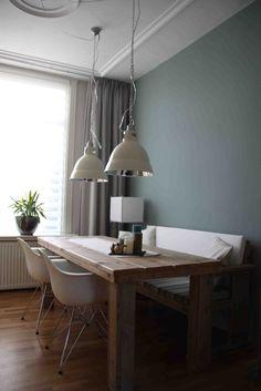 Door in deze kleine ruimte de tafel andersom te draaien wordt het een luchtiger geheel. Het metaal van de lampen en de witte stoelen geven een verfrissende uitstraling tegenover het warme hout.    mixinstijl.nl