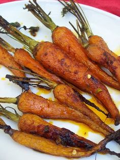 red or green?: Honey Glazed Roasted Carrots with Cayenne Pepper fest (Vegan Thanksgiving Tofurkey) Honey Glazed Roasted Carrots, Vegetarian Recipes, Healthy Recipes, Vegetable Side Dishes, Fruits And Veggies, Vegetables, I Love Food, Yummy Food, Tasty