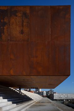 (Aço Corten) The rough, corroded steel panels of the Centro Multiusos de Lamego by Barbosa & Guimaraes. The mass of architecture. Cantilever Architecture, Amazing Architecture, Contemporary Architecture, Art And Architecture, Architecture Details, Installation Architecture, Facade Design, Built Environment, Brutalist