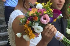 bouquet da sposa. fiori misti di stagione colorati: girasole lisianthus cartamus rose zinie. luglio 2016