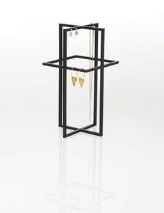 Morfo :: SQUARE cross TALL. Klassisk design og rene linier, der ikke 'tager magten fra' dine smykker. Smykketræ med fine detaljer og huller til 8 stk ørestikker · dansk design med funktion.