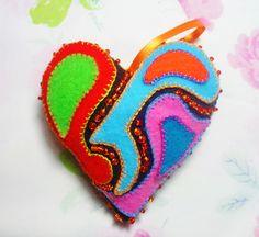 corazón de 12 cm x 12,5 cm con decoupage en fieltro y bordado con mostacillas.