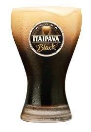 Cerveja Itaipava Black, estilo Dark American Lager, produzida por Cervejaria Petrópolis, Brasil. 5% ABV de álcool.