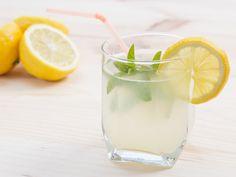 ダイエットをしているとは思えないほど簡単なレモン水ダイエット。 レモン水を飲むだけでやせるの?と不思議に思いますよね。 海外セレブやモデルもレモン水で産後のダイエットに成功した!とインターネット上でも紹介され、真似する女性も増えてきました。