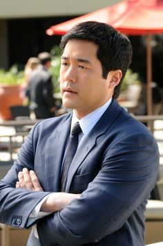 The Mentalist's Kimball Cho (Tim Kang) reads classics like Wuthering Heights on stake-outs. Plus his humour is ultra-dry.  http://3.bp.blogspot.com/-w2KCuPuoxSU/TnmhFhOoZFI/AAAAAAAAASc/DSFOfnVFpEQ/s1600/tim-kang.jpg