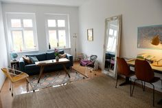 Idee für eine schöne Wohnzimmer-Einrichtung im Altbau: moderne Stühle und Couch kombiniert mit einem verschnörkelten Spiegel - der perfekte Mix aus Alt und Neu. 2-Zimmerwohnung in Berlin. #Zwischenmiete