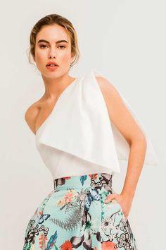 Comprar online top asimetrico blanco con lazada en hombro para invitada de boda o fiesta bautizo comunion graduacion evento