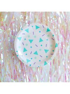 Assiettes confettis pop  Ces assiettes offrent une décoration de table efficace grâce à leur originalité. Convient à tout type de fête, que ce soit un mariage à la déco pop, un goûter d'anniversaire ou une soirée disco.