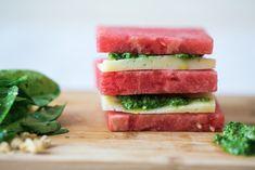 Sanduíche de melancia e queijo manchego com pesto, um snack delicioso e compatível com a minha dieta