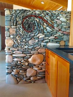 stone mosaic wall - home decor idea - EN Pebble Mosaic, Stone Mosaic, Mosaic Wall, Pebble Art, Rock Mosaic, Mosaic Diy, Kitchen Feature Wall, Wall Installation, Stone Crafts