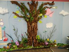 Ann Seilaff from Glendale, Arizona created this Enchanted Garden classroom. I'm blown away by the detail in this classroom! Ann explained that she spent TONS of time getting this all set up… Paper Tree Classroom, Forest Classroom, Enchanted Forest Theme, Enchanted Wood, Enchanted Garden, School Displays, Classroom Displays, Classroom Design, Classroom Decor