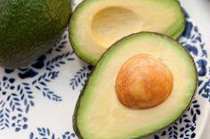 Avocado-olie zit vol vitaminen zoals vitamine A, D en E, die voeden en hydrateren de droge, ouder wordende huid.