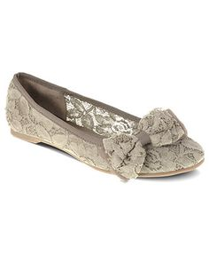 Lace flat wedding shoes with bow. Source by YourWeddingHelp flats Sock Shoes, Cute Shoes, Me Too Shoes, Shoe Boots, Shoes Sandals, Dress Shoes, Half Shoes, Shoes Sneakers, Lace Flats