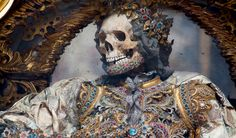 In 1578 in Rome were discovered catacombs: in them, skeletons of martyrs that were later on sent across Europe to be adorned with jewels and placed in their designated churches. But where are they know? Art Historian Paul Koudounaris found out for us and told us in a just released book Heavenly Bodies: Cult Treasures and Spectacular Saints.
