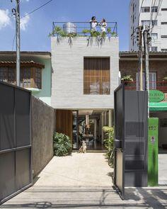 Modelos de casa: 80 ideias e projetos incríveis para criar o seu Narrow House Designs, Narrow Lot House Plans, Architecture Building Design, Minimal Architecture, House Front Design, Small House Design, Japanese Modern House, Studio Arthur Casas, Minimalist House Design