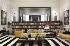 Decoração de: Biblioteca; estante de livros preta; Casa de Valentina