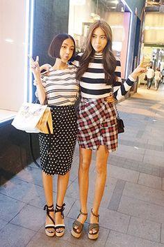 Today's Hot Pick :ドット柄膝丈タイトスカート【DARK VICTORY】 http://fashionstylep.com/SFSELFAA0013761/khyelyunjp/out ドット柄がキュートな膝丈タイトスカートです。 タイトスカートがヒップラインをキレイに演出♪ カジュアルなオフィスコーデにも大活躍するアイテムです。 シャツやブラウスをインしてちょっぴりフォーマルに着こなしても◎ ウエストベルトを付けてメリハリを出してもきれいです。 S/Mの2サイズです。 下記の詳細サイズを参考にしてください。 ◆2色: ブラック/アイボリー