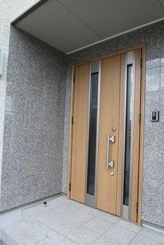 玄関まわりの外壁タイルは、艶のある御影石を張りあわせておりとても目をひきます。