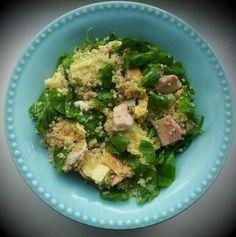 Guinoa gekookt en afgekoeld, spinazie, avocado, makreel, olijfolie, citroensap, peper, zeezout, snufje chilipoeder