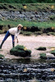 18 AUGUST 1986 Princess Diana & Prince William play on the River Dee, Balmoral, Scotland during their annual holiday
