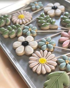 Ideas Cookies Decorated Flowers Biscuits For 2020 : Creative Vision Design Cookies Cupcake, Flower Sugar Cookies, Candy Corn Cookies, Leaf Cookies, Mother's Day Cookies, Summer Cookies, Fancy Cookies, Iced Cookies, Cute Cookies