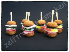 Snoephamburgers..... Burger Cupcakes, Fun Cupcakes, Cute Snacks, Snacks Für Party, Birthday Treats, Birthday Cupcakes, Candy Sushi, Chocolate Wedding Favors, Childrens Meals