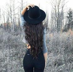 Chapéu com blusa cinza e calça preta ❤