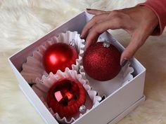 Les boules de Noël rouges sont rangées dans une boîte, dans des filtres à café.