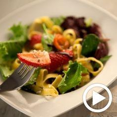 Ensalada de lechugas, pasta fresca, fresas y vinagreta de pistachos, miel y mató para #Mycook http://www.mycook.es/receta/ensalada-de-lechugas-pasta-fresca-fresas-y-vinagreta-de-pistachos-miel-y-mato/