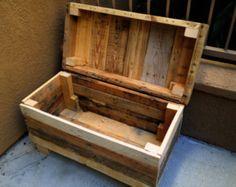 Poitrine rustique : Style robuste palette à la main coffre/banc en bois avec un mélange de couleurs naturelles. Morceau génial.