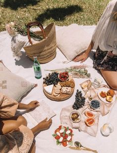 Spell DIY Cutlery Holder with Geneva from A Pair & a Spare - picnic // food photography, food styling Picnic Date, Summer Picnic, Beach Picnic, Fall Picnic, Garden Picnic, Beach Lunch, Summer Aesthetic, Aesthetic Food, Aesthetic Outfit
