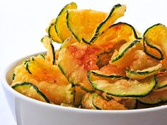 Paleo Zucchini Chips Recipe ~ Cut a zucchini into thin slices and toss in 1 Tbsp olive oil, sea salt, and pepper. Sprinkle with paprika and bake at for 25 to 30 minutes. Zucchini Chips Recipe, Bake Zucchini, Healthy Zucchini, Zuchinni Chips, Zucchini Crisps, Veggie Chips, Fried Zucchini Chips, Chips Food, Zucchini Bites