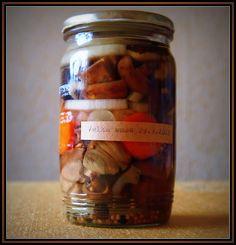Houby v octo/víno-olivovém nálevu Pickles, Cucumber, Food, Eten, Pickle, Pickling, Cauliflower, Meals, Zucchini