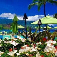"""O único hotel do #NorthShore na ilha Kauai que dá pra chamar de """"pé na areia"""" é o St Regis. Fica em #Princeville, tem uma estrutura belíssima e é o queridinho dos casais em #luademel por aqui. Pesquisando com antecedência dá p/ encontrar boas tarifas inclusas nos pacotes da Hawaiian Airlines. #vidalafora #honeymoon #trip #go #sejoga #brasileiraspelomundo #morarfora"""