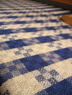 永らくかかっていたムンカベルテが終了した1番大きな織機ではテーブルクロス↓を織り始めましたご自宅のダイニングテーブルに合わせて、2m以上織る方が多いのです...