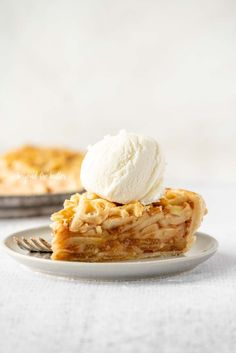 This EASY HOMEMADE APPLE PIE is fall favorite that combines a warm apple pie filling that's baked in a buttery, flaky pie crust. On a crisp fall night, enjoy a warm slice topped with a scoop of vanilla bean ice cream! | BeyondtheButter.com | #applepie #applepierecipe #pierecipe #beyondthebuter #apples #falldesserts Homemade Apple Pies, Apple Pie Recipes, Baking Recipes, Dessert Recipes, Apple Pie From Scratch, Pie Crust Designs, Apple Pie Smoothie, How To Make Pie, Cooked Apples