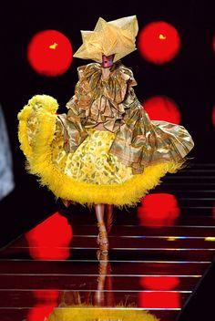 seaborder: John Galliano for Chrisitan Dior Spring Summer 2003 Haute Couture Fashion Fail, Weird Fashion, Colorful Fashion, Modern Fashion, Timeless Fashion, Fashion Show, Fashion Design, Fashion Trends, Womens Fashion